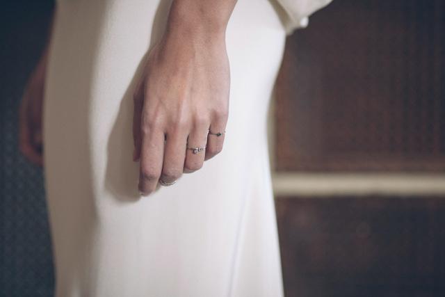 novias invitadas perfectas elegantes manga larga brocados tocado chistera faisán plumas ideas