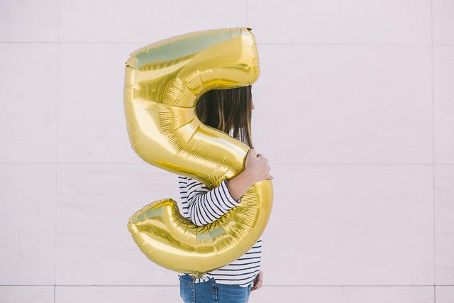blog bodas a todo confetti aniversario globo dorado
