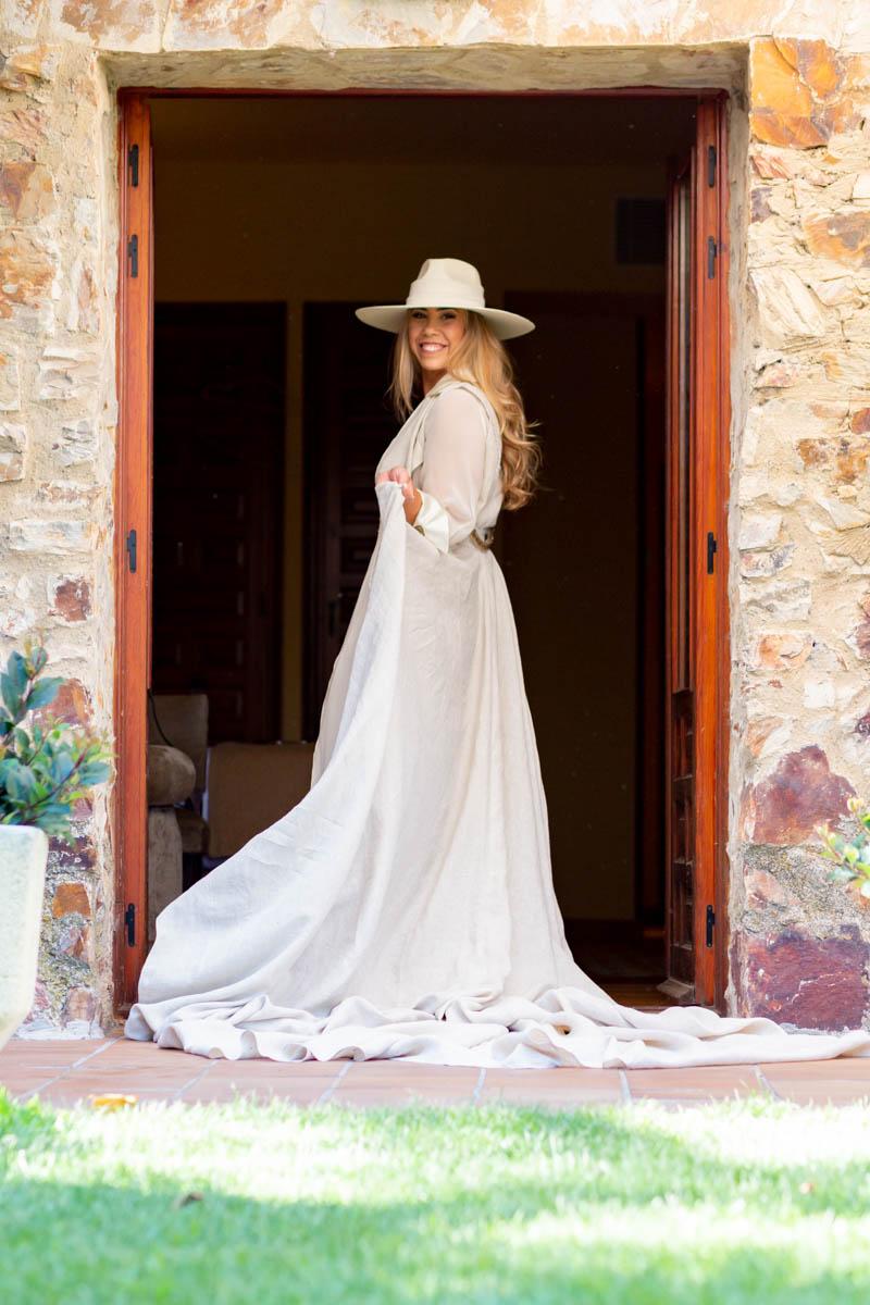 boda zamora vestido novia pantalon sombrero mono capa 19