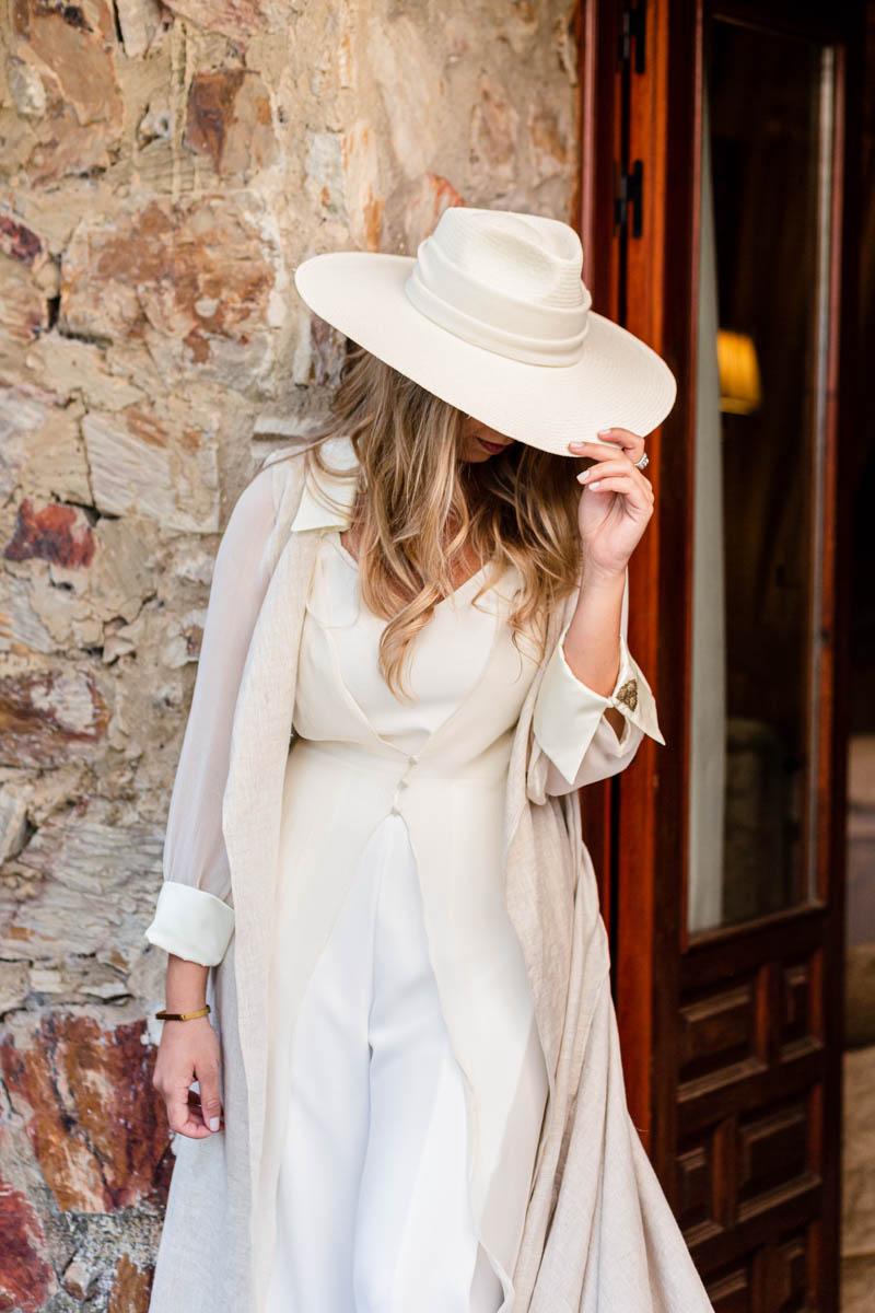 boda zamora vestido novia pantalon sombrero mono capa 21