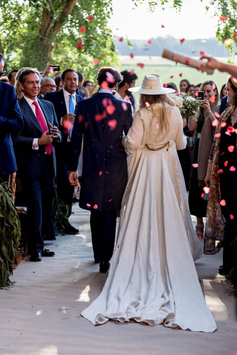 boda zamora vestido novia pantalon sombrero mono capa 27