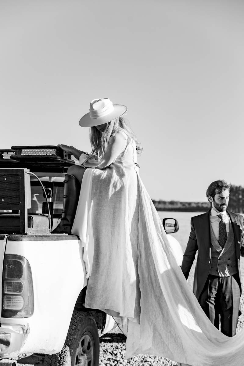 boda zamora vestido novia pantalon sombrero mono capa 28
