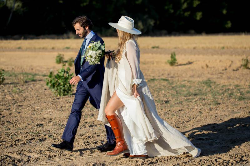 boda zamora vestido novia pantalon sombrero mono capa 31