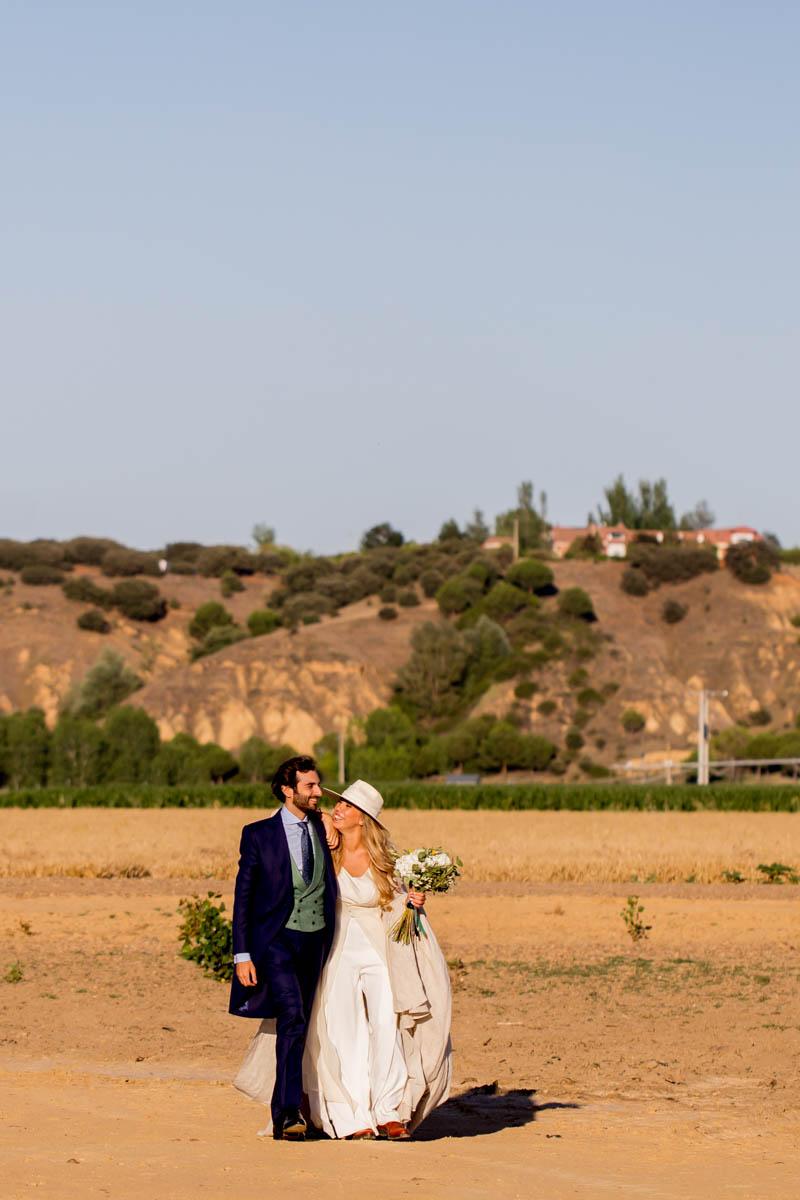 boda zamora vestido novia pantalon sombrero mono capa 32