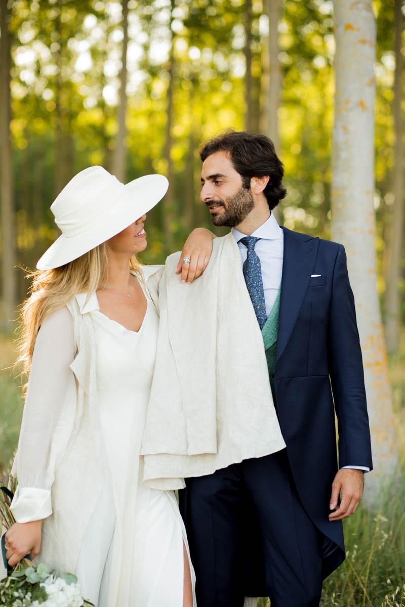 boda zamora vestido novia pantalon sombrero mono capa 36