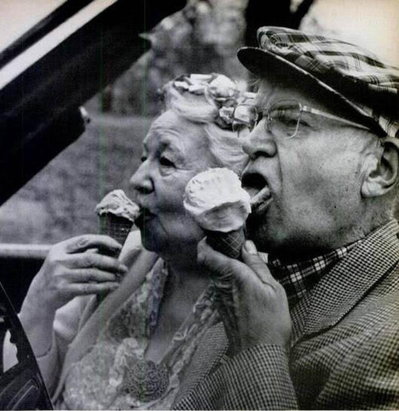 comer helado pareja ancianos