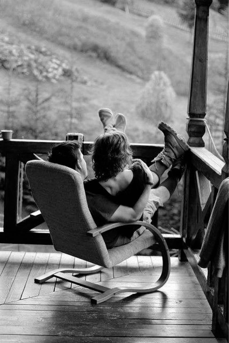 pareja balcon llover amor