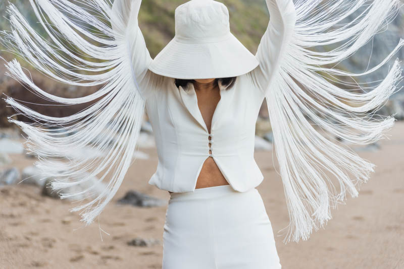 novia traje chaqueta blanco flecos bohemio boho boda playa asturias